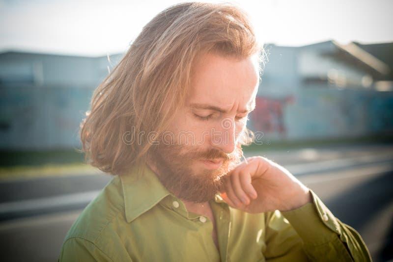 Modello alla moda dei pantaloni a vita bassa con lo stile di vita rosso lungo della barba e dei capelli immagine stock libera da diritti