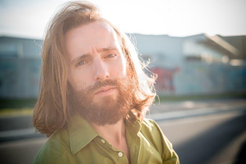 Modello alla moda dei pantaloni a vita bassa con lo stile di vita rosso lungo della barba e dei capelli immagini stock