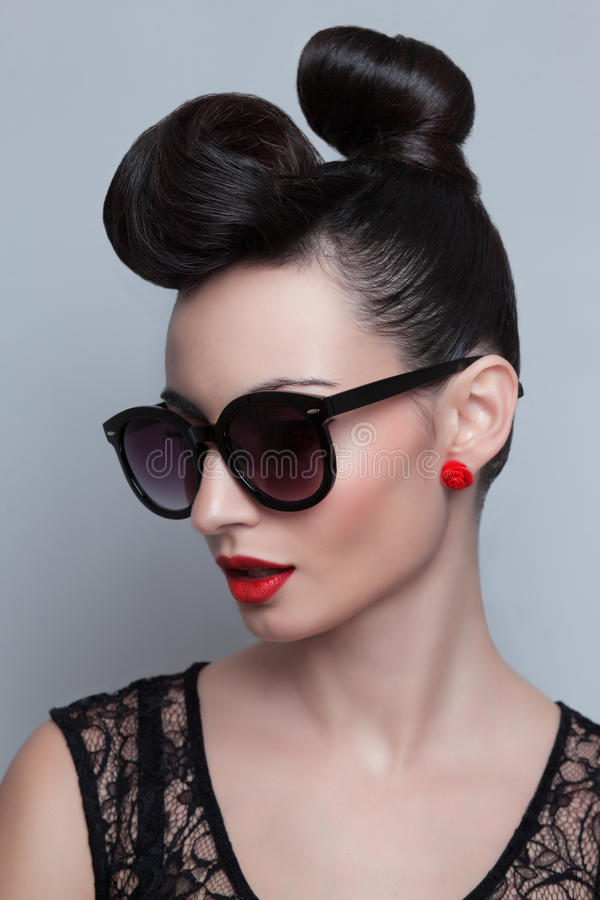 Modello alla moda in occhiali da sole d'avanguardia fotografie stock libere da diritti
