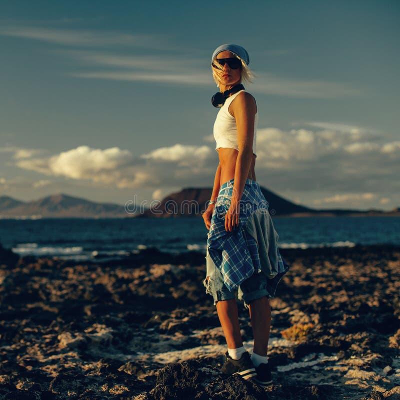 Modello alla moda sulla spiaggia Bella luce di tramonto fotografia stock
