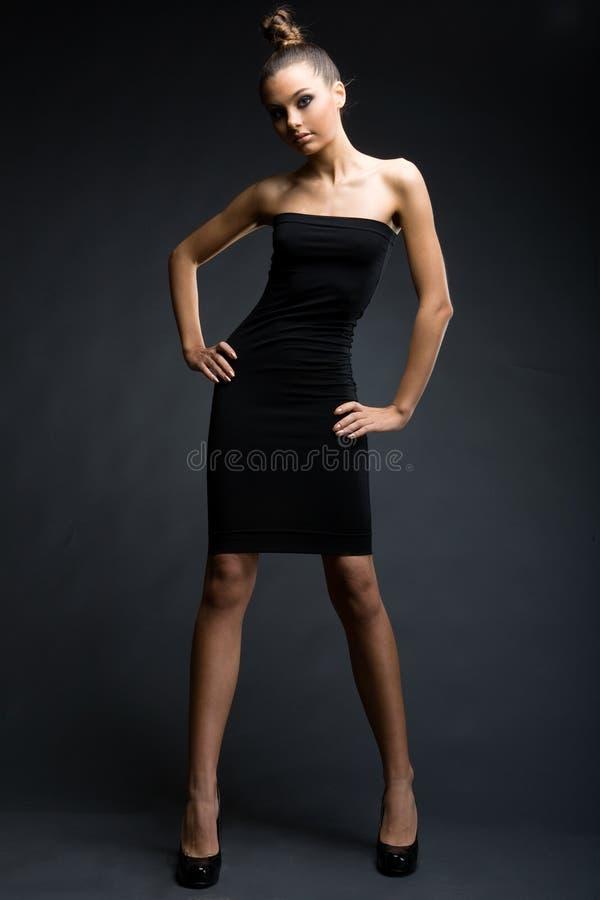 Modello alla moda in vestito nero immagini stock