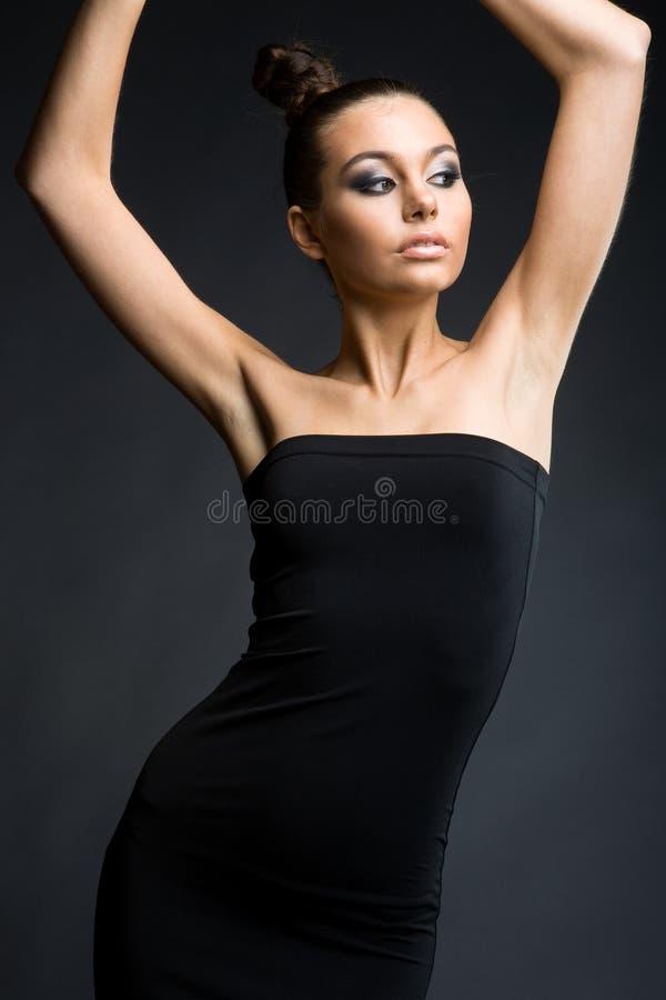 Modello alla moda in vestito nero fotografia stock libera da diritti
