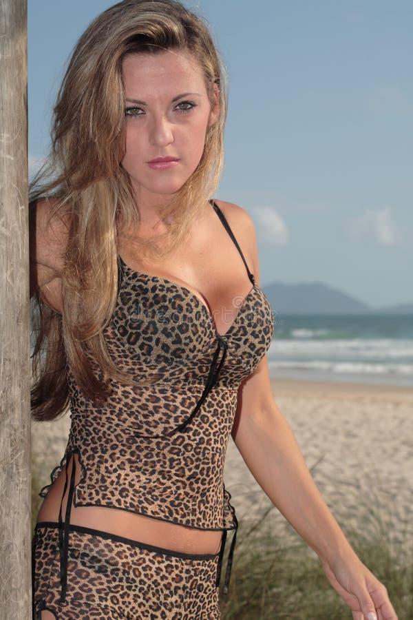 Modello alla spiaggia fotografia stock libera da diritti