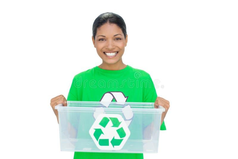 Modello allegro che dura riciclando maglietta che tiene la scatola di plastica immagini stock