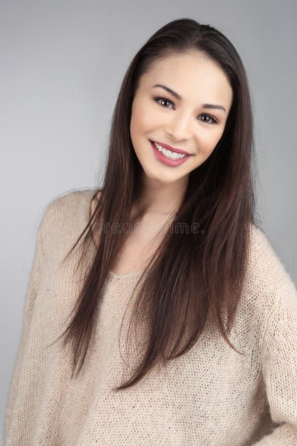 Modello asiatico castana su Grey Background fotografia stock