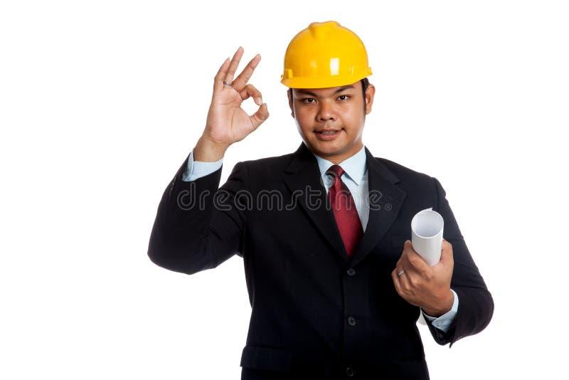 Modello asiatico della tenuta dell'uomo dell'ingegnere e segno GIUSTO fotografie stock libere da diritti