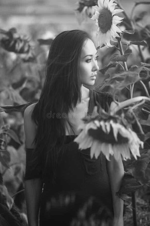 Modello asiatico in girasoli fotografia stock libera da diritti