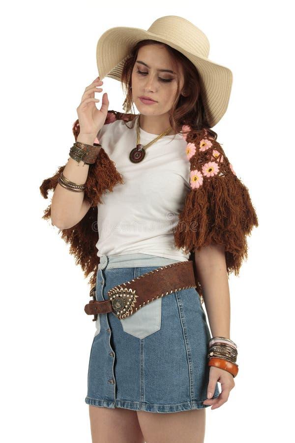 Modello attraente di stile della Boemia di festival che porta una maglietta e un cappello da cowboy bianchi in bianco immagini stock