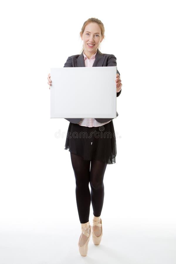 Modello aziendale che tiene segno in bianco immagini stock libere da diritti