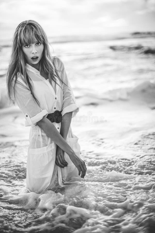 Modello bello in vestito dalla camicia che sta nel mare immagini stock libere da diritti