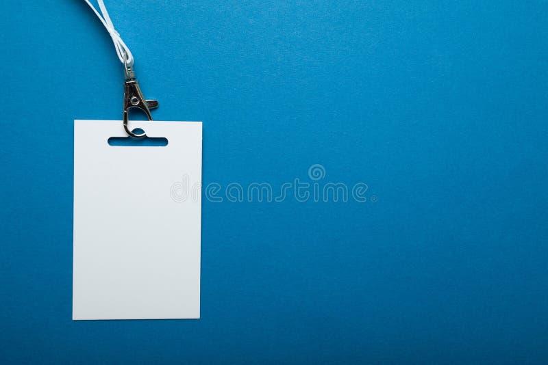 Modello in bianco del distintivo con il fondo blu di chiave della cinghia immagini stock libere da diritti