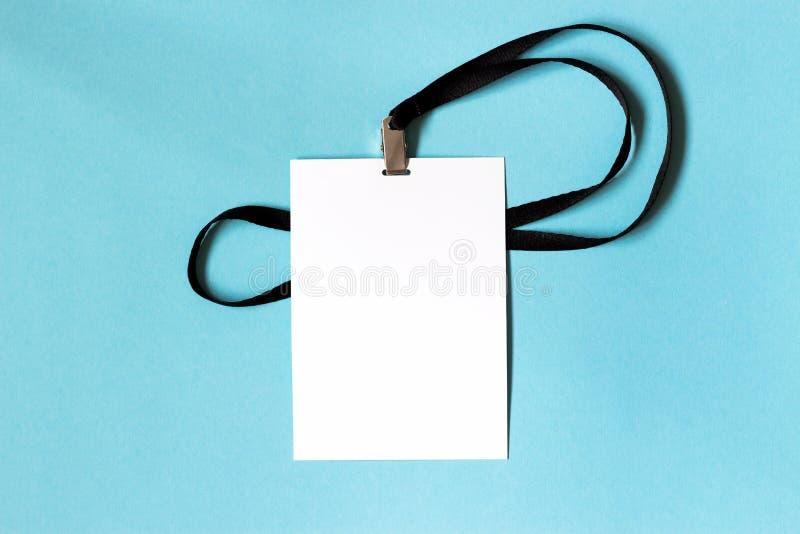 Modello bianco del distintivo della carta in bianco su fondo blu Spazio per testo fotografie stock libere da diritti