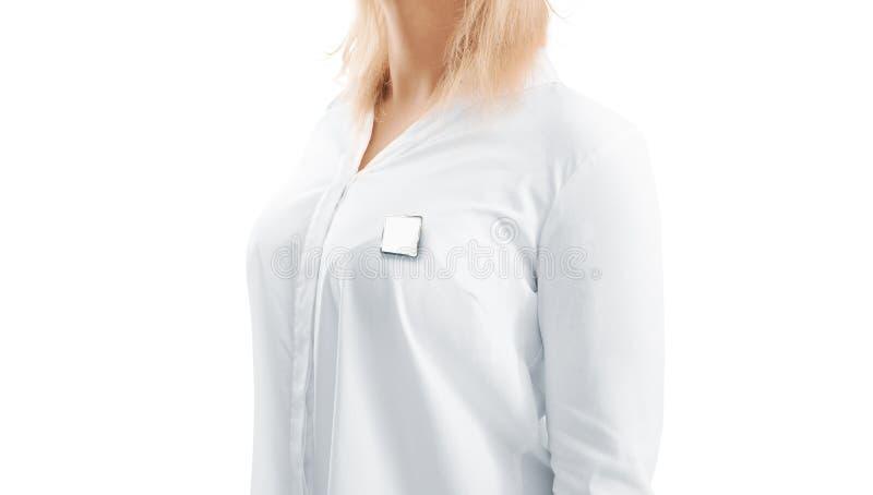 Modello in bianco del distintivo del risvolto dell'argento del quadrato bianco sul petto della donna fotografie stock libere da diritti