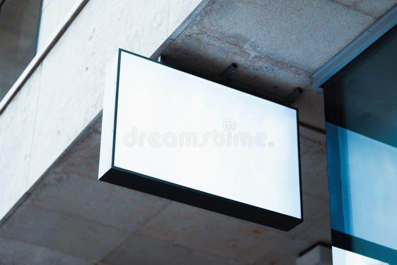 Modello in bianco dell'insegna del deposito Modello vuoto del contrassegno del negozio montato sulla parete Segnale stradale, rap fotografia stock libera da diritti