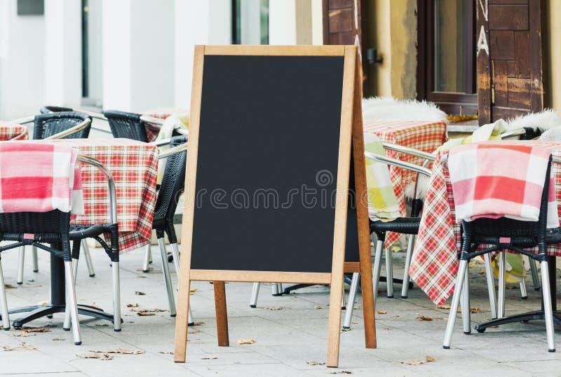 Modello in bianco della lavagna del menu sulla via immagini stock libere da diritti