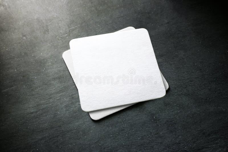 Modello bianco in bianco della pila del sottobicchiere della birra, vista superiore fotografia stock libera da diritti