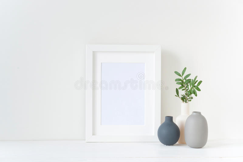 Modello bianco della struttura con la composizione nei vasi immagine stock libera da diritti