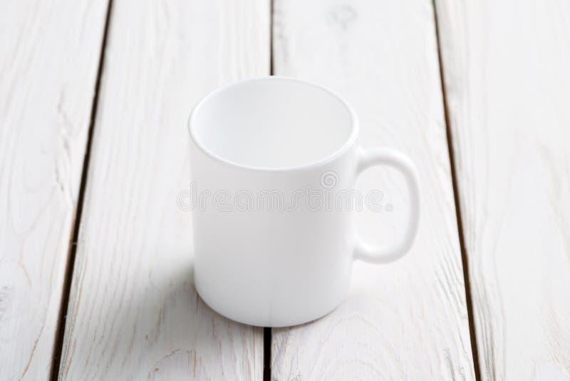 Modello bianco della tazza sulla tavola di legno immagine stock libera da diritti