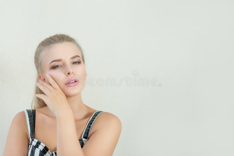 Modello biondo affascinante con le labbra rosa ed il bello gabinetto degli occhi azzurri immagine stock libera da diritti
