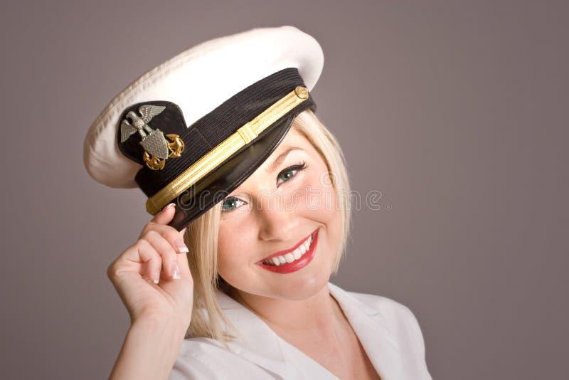 Modello biondo con il capovolgimento del cappello fotografia stock libera da diritti