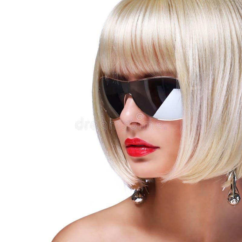 Modello biondo di modo con gli occhiali da sole fotografia for Modo 10 prezzi