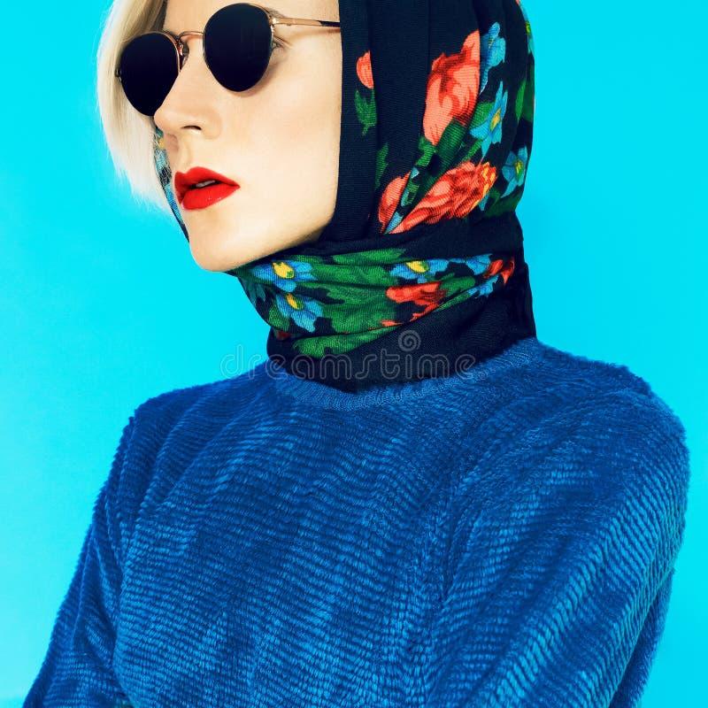 Modello biondo in sciarpa russa tradizionale immagine stock