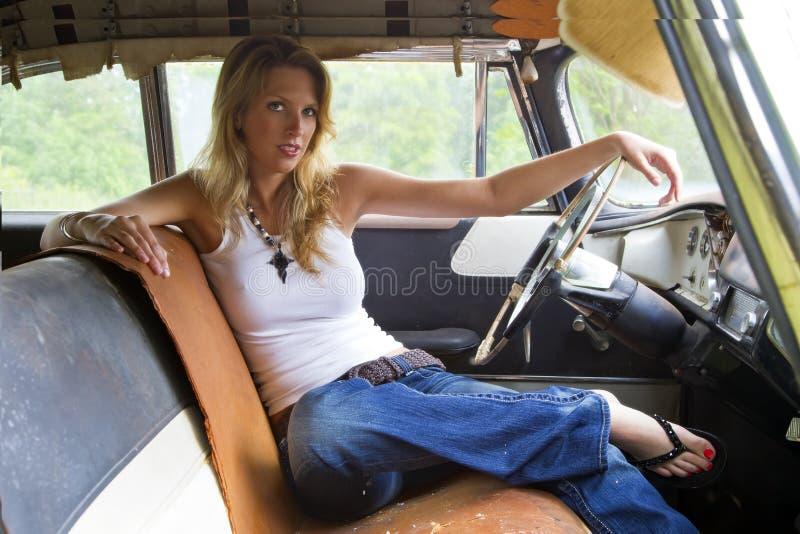 Modello biondo in un veicolo abbandonato immagini stock