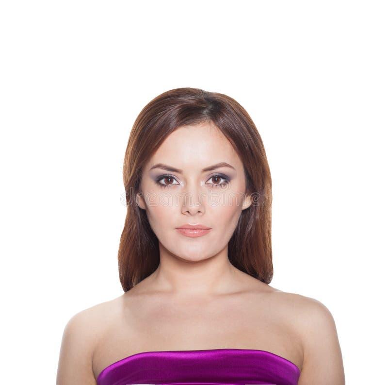 Modello Brunette Girl Portrait della donna di bellezza isolato su un fondo bianco. fotografie stock