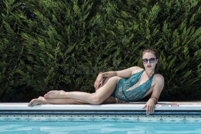 Modello castana del bikini fotografia stock libera da diritti