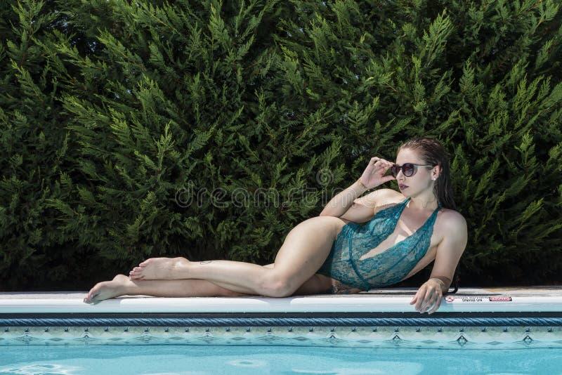 Modello castana del bikini immagini stock