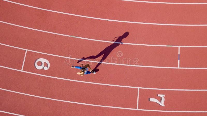 Modello castana Running On di forma fisica una pista fotografie stock libere da diritti