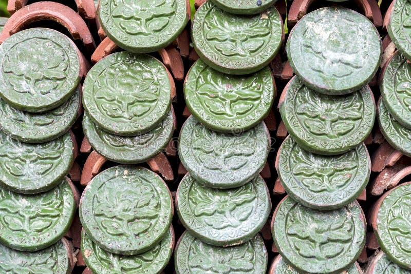 Modello ceramico impresso verde del fiore sulle mattonelle di tetto fotografia stock libera da diritti