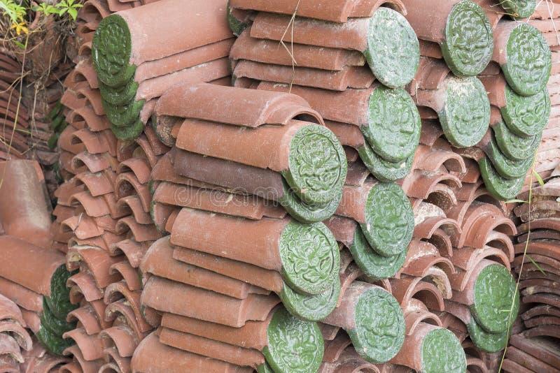 Modello ceramico impresso verde del fiore sulle mattonelle di tetto immagini stock libere da diritti