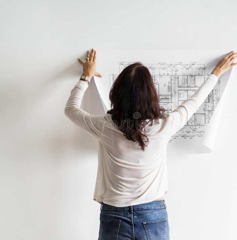 Modello che mostra piano della costruzione sulla parete bianca fotografia stock