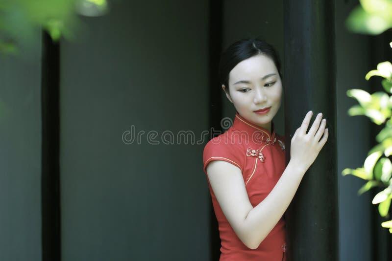 Modello cinese del cheongsam in giardino classico cinese immagine stock libera da diritti