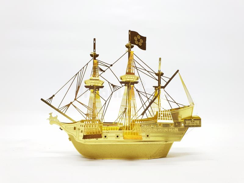 Modello classico della nave nera di colore e dell'oro nel fondo isolato bianco immagine stock libera da diritti