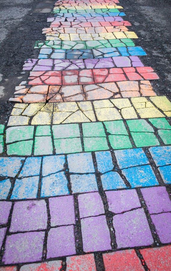 Modello colorato delle mattonelle sulla via in Seyðisfjörður, Islanda fotografia stock