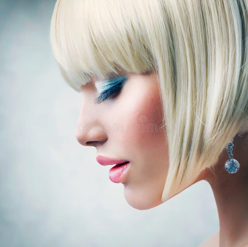Modello con brevi capelli biondi fotografie stock libere da diritti