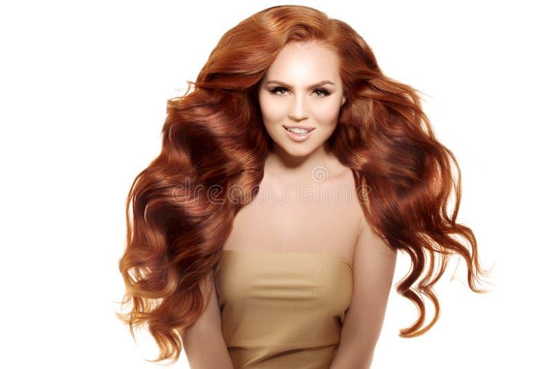 Modello con capelli rossi lunghi Acconciatura dei riccioli delle onde Salone di capelli Upd immagine stock libera da diritti