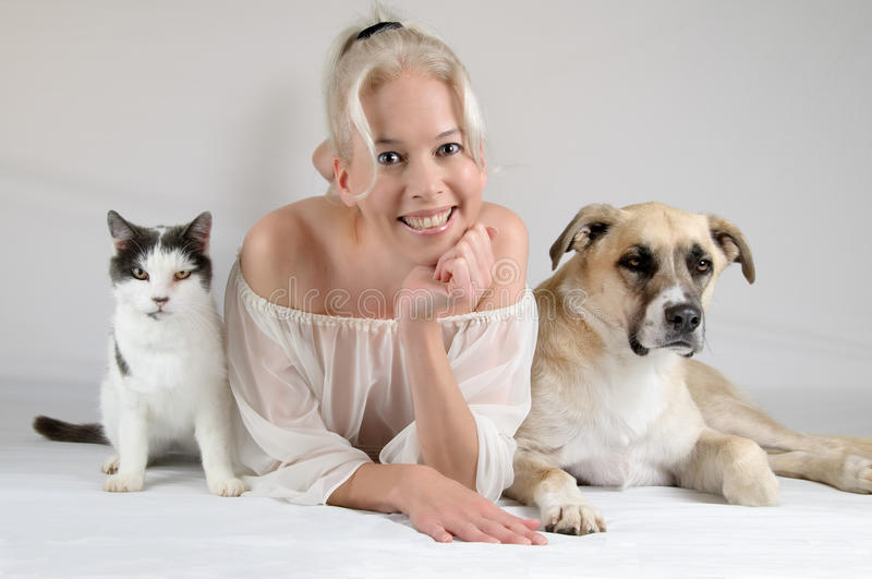 Modello con gli animali domestici fotografie stock