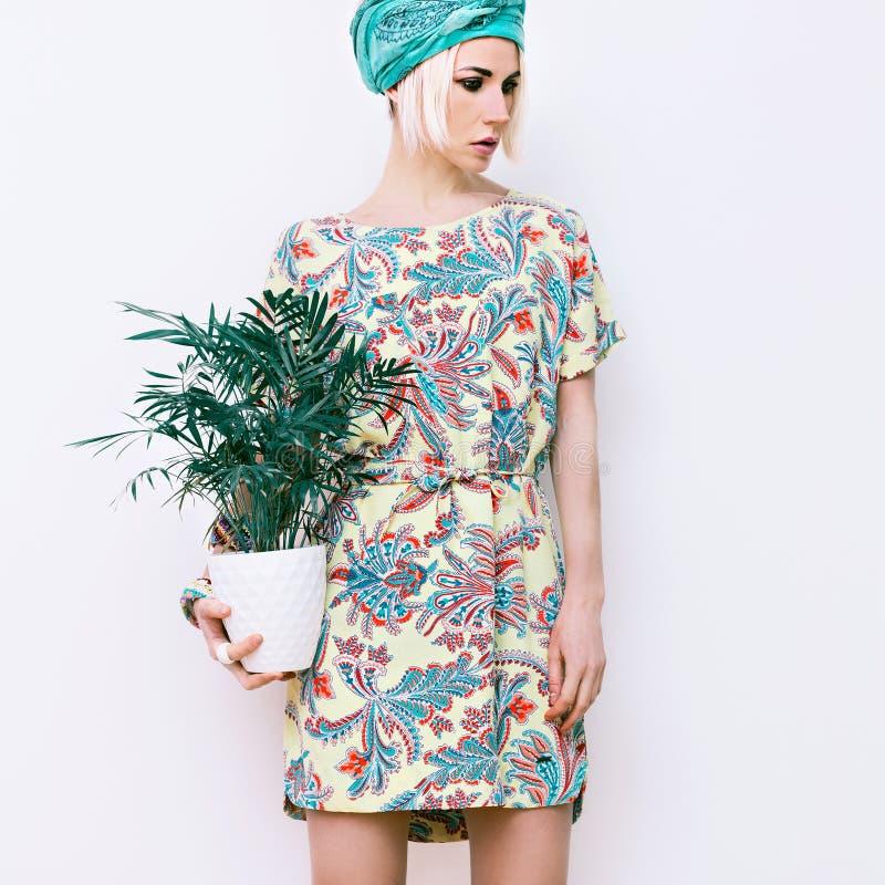 Modello con il fiore in vestito d'avanguardia da estate immagini stock libere da diritti