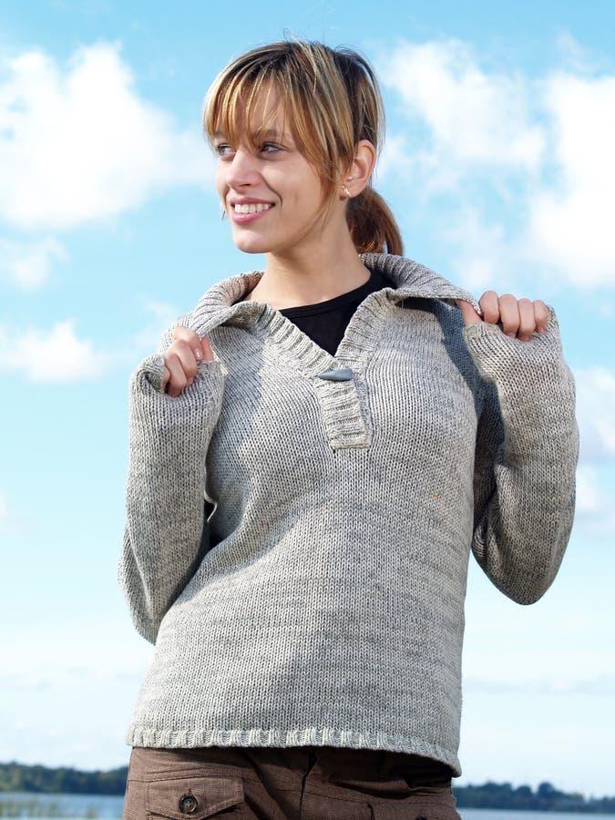Modello con il maglione immagini stock