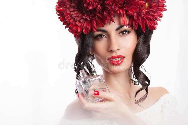 Modello con la bottiglia del parfume fotografie stock