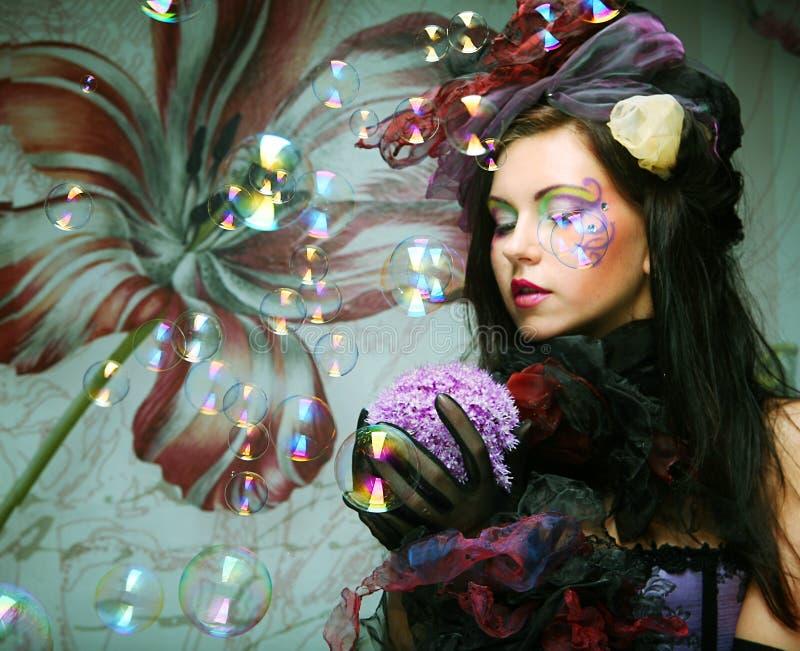 modello con le bolle di sapone di salto di trucco creativo. fotografie stock libere da diritti