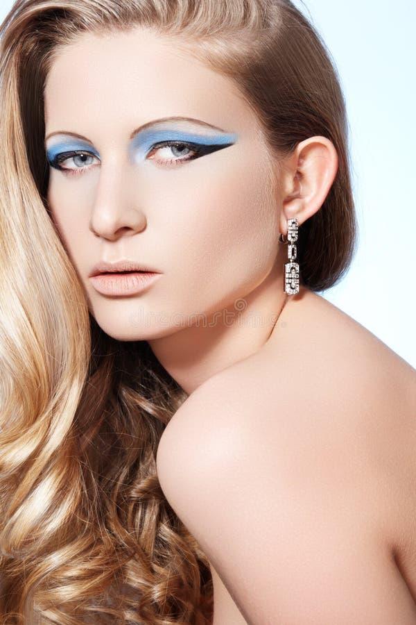 Modello con trucco di modo, capelli ricci biondi lunghi fotografie stock libere da diritti