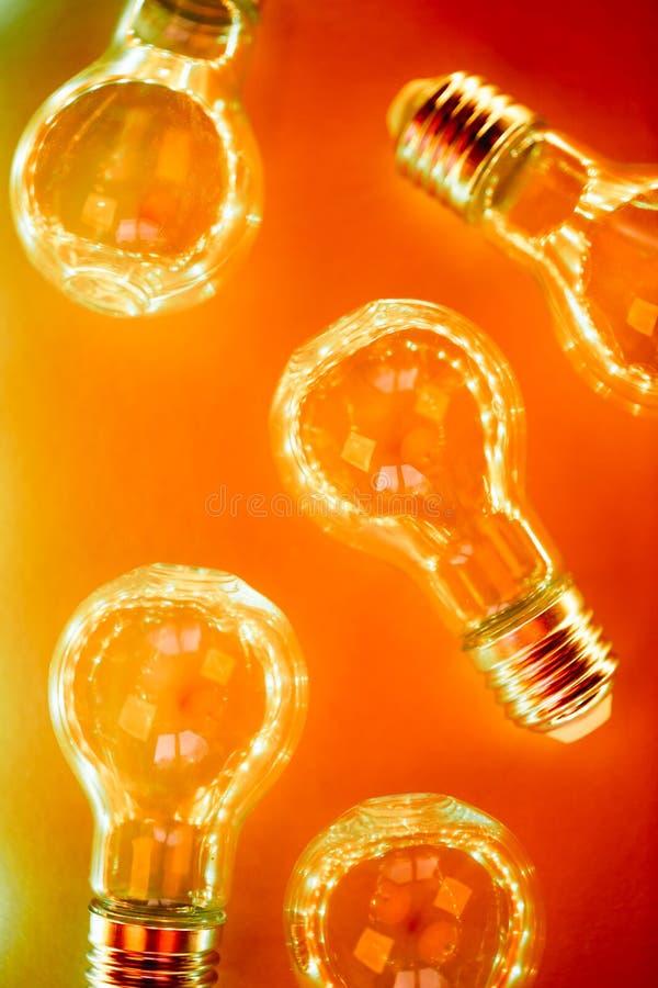 Modello creativo fatto delle lampadine in bitonale al neon arancio e rosso royalty illustrazione gratis