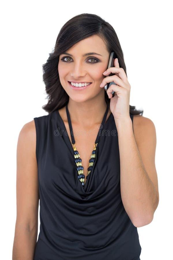 Modello dai capelli marrone elegante che parla sul telefono fotografia stock libera da diritti