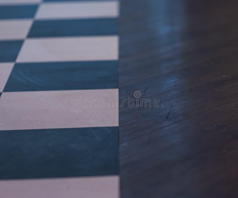 Modello dalle mattonelle blu e bianche del pavimento del barbiere - accanto al legno della lucidatura fotografie stock