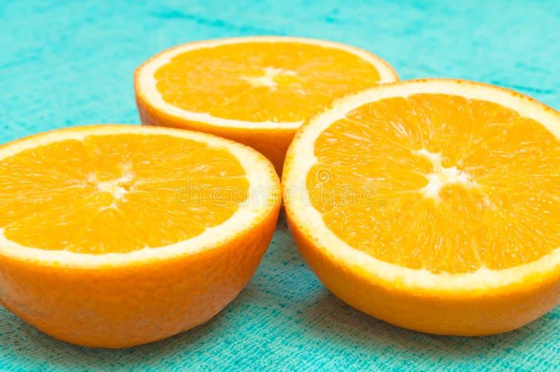 Modello degli agrumi del limone e dell'arancia su fondo blu-chiaro fotografia stock libera da diritti