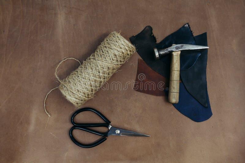 Modello degli strumenti Martello, forbici in cuoio Fondo con il cucito e tricottare gli strumenti e degli accessori immagine stock